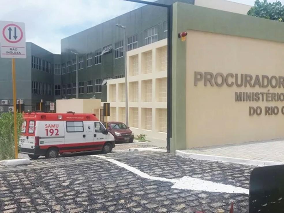 Ambulância do SAMU foi chamada para socorrer os promotores feridos — Foto: Fred Carvalho/G1