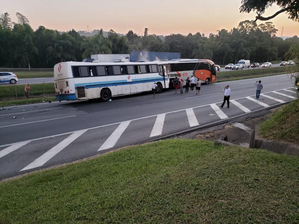 Batida entre ônibus foi registrada na rodovia Castello Branco, em Araçariguama — Foto: Arquivo Pessoal