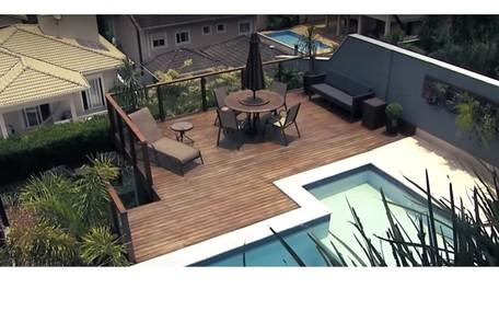 Vista de cima da área de lazer da casa de Projota, em São Paulo. Reprodução/SBT Reprodução