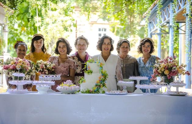 Durvalina (Virginia Rosa), Clotilde (Simone Spoladore), Isabel (Giullia Buscacio), Genu (Kelzy Ecard), Lola (Gloria Pires), Maria (Denise Weinberg) e Lili (Triz Pariz) na mesa do casamento em 'Éramos seis' (Foto: Paulo Belote/TV Globo)