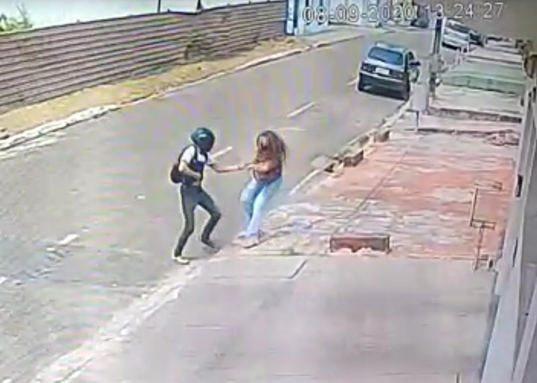 Câmeras de segurança flagram homem tentando roubar bolsa de mulher em rua de Rio Branco