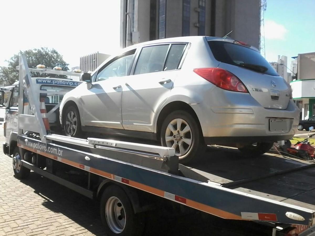 Carro com mais de R$ 30 mil em multas é apreendido em Cascavel