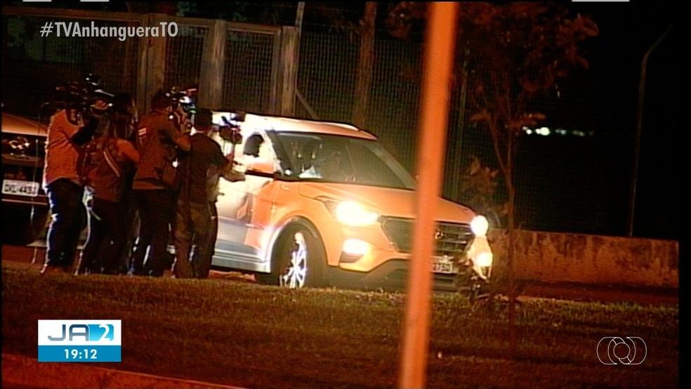 Carro levando o ex-governador Marcelo Miranda deixa o GCG da PM em Palmas — Foto: ReproduçãoTV Anhanguera
