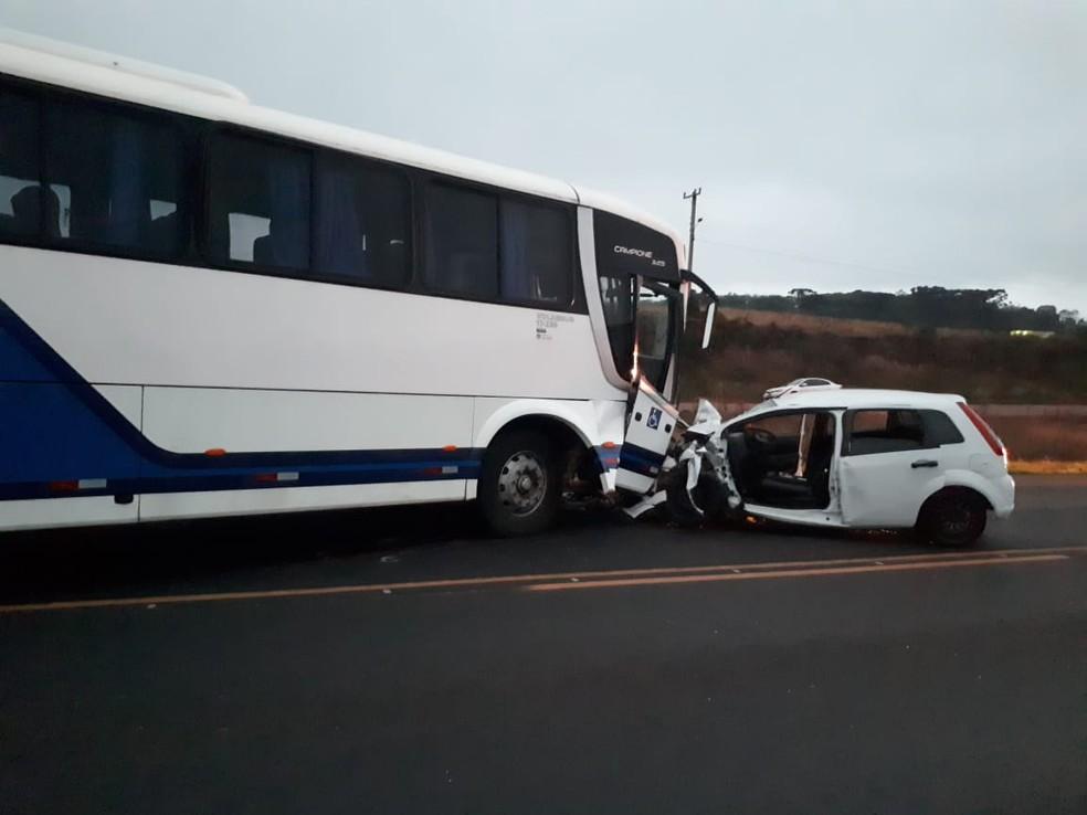 Colisão frontal deixou um morto e dois feridos (Foto: PRF/ Divulgação)