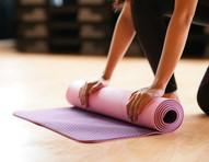 3 posturas de yoga que ajudam a aliviar a cólica menstrual