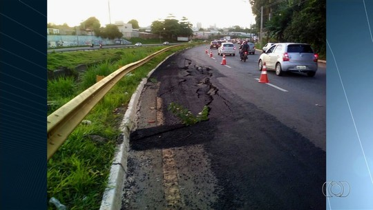 Marginal Botafogo é parcialmente interditada após ceder devido a rompimento de tubulação