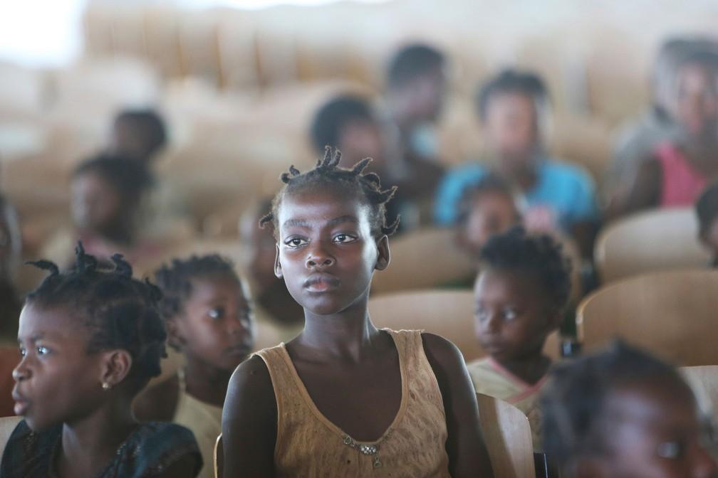 Crianças são fotografadas em abrigo temporário na cidade de Pemba, no norte de Moçambique, na quinta-feira (2) — Foto: Tsvangirayi Mukwazhi/ AP
