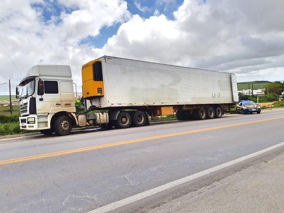 Caminhão já havia sido abordado com irregularidades em Minas Gerais. — Foto: Polícia Rodoviária Federal