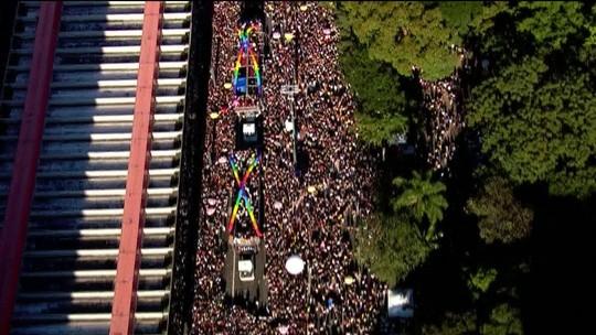 Parada Gay: imagem aérea mostra multidão tomando a Avenida Paulista