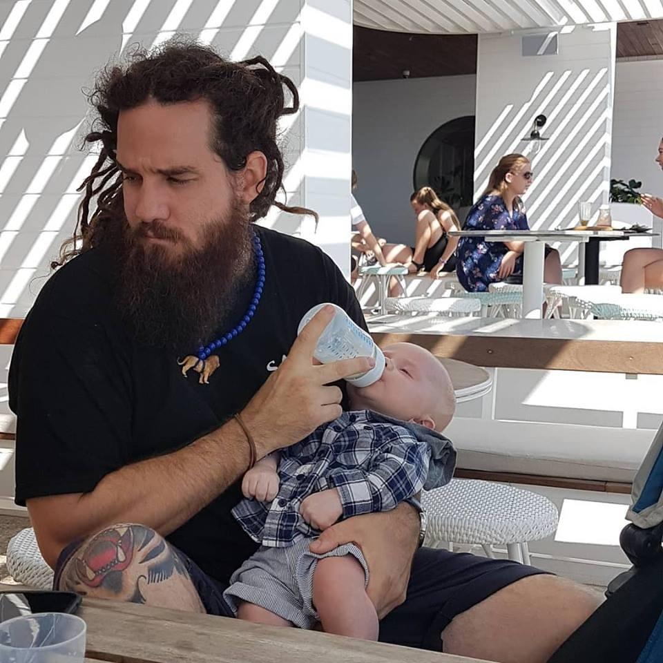 Gareth e o filho (Foto: Reprodução/ Facebook)