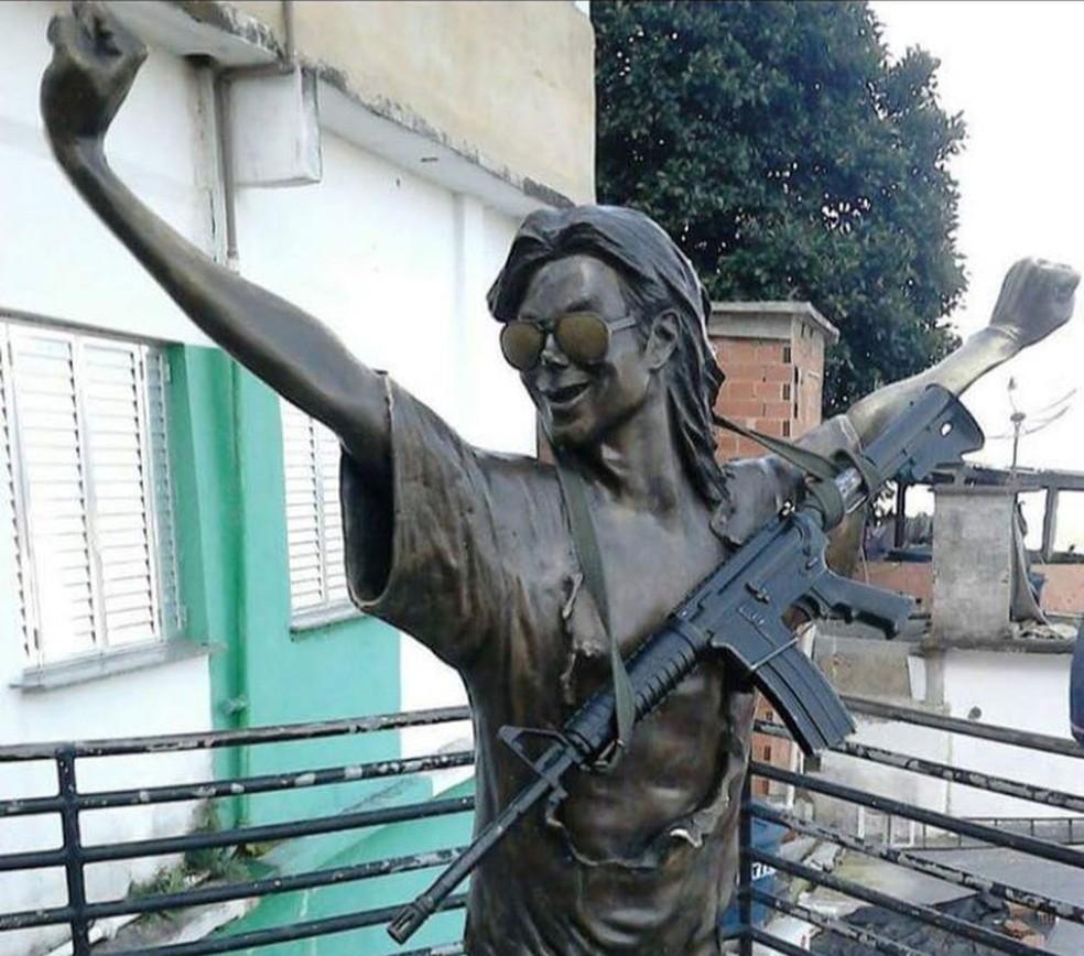 Estátua do cantor com fuzil foi compartilhada nas redes sociais na última semana; grupo foi identificado pela polícia (Foto: Foto: Reprodução / Redes Sociais)