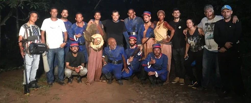 Márcio Duarte , no centro da foto, com a equipe na gravação das passagens históricas.  — Foto: ZEFERINAS/ Divulgação