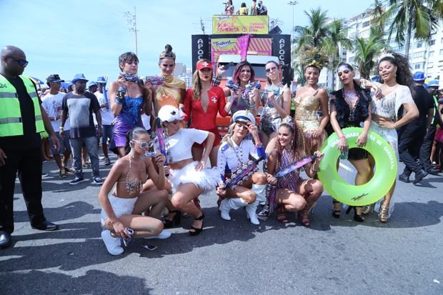 Time de famosas no Bloco da Favorita (Foto: Daniel Pinheiro / AgNews)