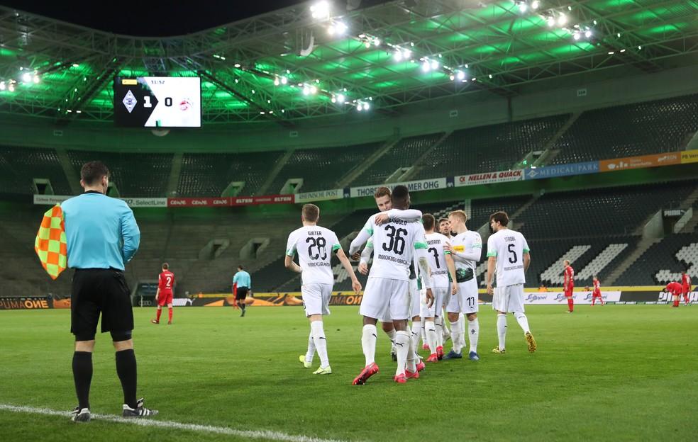 Jogadores do Borussia Monchengladbach comemoram gol contra o Colonia no estádio vazio, em 11 de março: primeiro e único jogo sem público da história da Bundesliga até agora — Foto: Reuters
