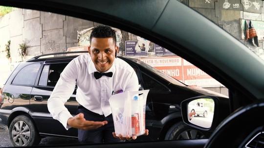 Ex-motorista se veste de garçom para vender água nas ruas do Rio