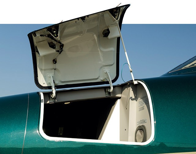 Somados, os bagageiros dianteiro e traseiro têm volume de minivan no jato HA-420, conhecido como HondaJet (Foto: Christian Castanho)