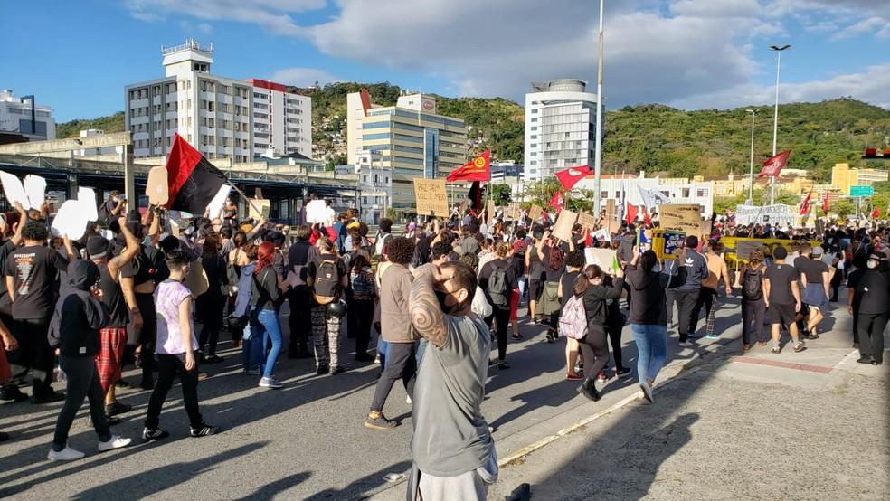 Manifestante caminham por ruas no Centro de Florianópolis em protesto contra Bolsonaro — Foto: Matheus Nunes/NSC TV