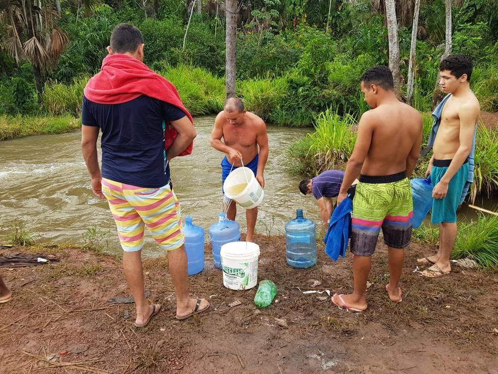Procura por água em Macapá tem moradores retirando produto de um córrego — Foto: Jorge Júnior/Rede Amazônica