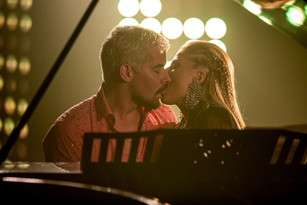 Mel (Luísa Sonza) beija Ryan (Thiago Martins) durante gravação de clipe em 'Amor de Mãe' — Foto: Artur Meninea/Gshow
