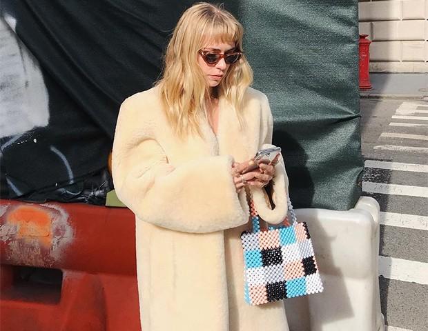 As bolsas de contas são uma nova tendência do momento (Foto: Instagram / Courtney Trop)
