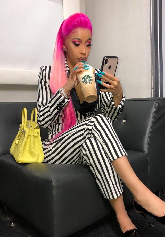 Cardi B e seu novo visual: cabelos rosa flúo (Foto: Instagram Cardi B/ Reprodução)