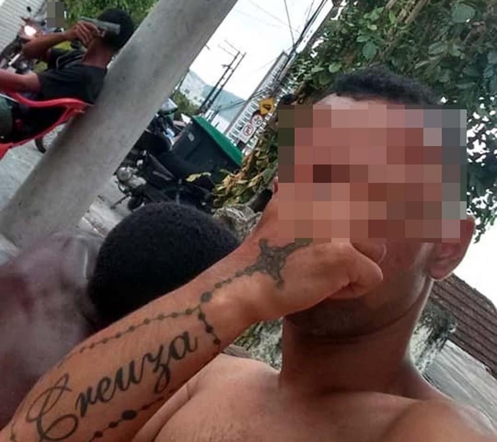 Rapaz posta fotos e vídeos com drogas e armas, no morro do José Menino, em Santos, SP â?? Foto: Reprodução