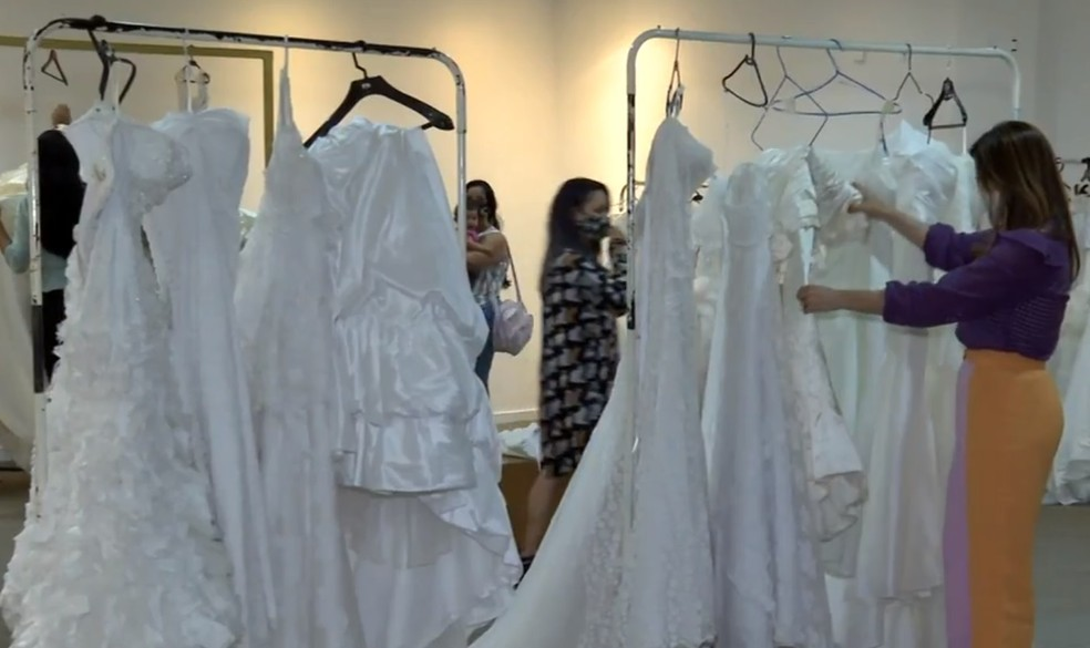Prova de vestidos do casamento comunitário no Distrito Federam em 2020  — Foto: TV Globo/Reprodução