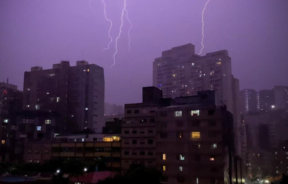 Raios atingem Centro de SP na noite desta segunda — Foto: Celso Tavares/G1