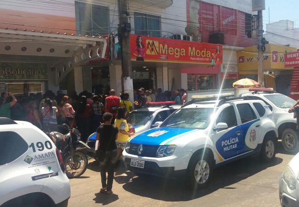 Movimentação de populares foi intensa na entrada do prédio onde morava a vítima (Foto: Jorge Abreu/G1)