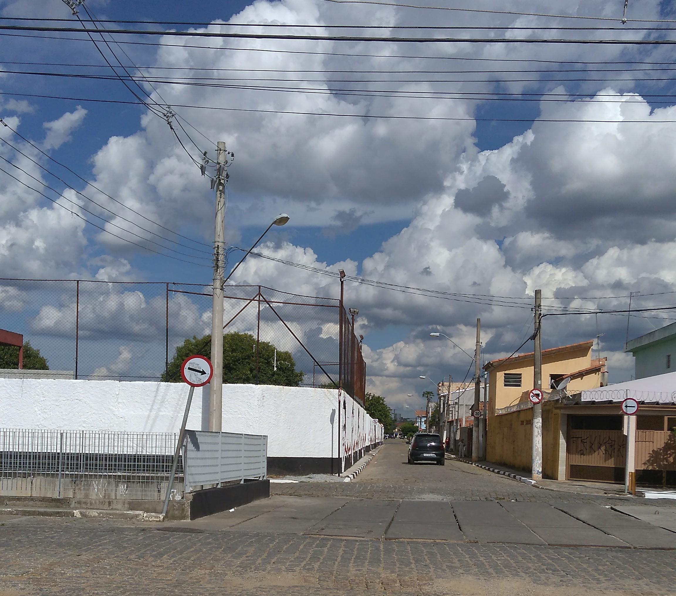 Moradores de Suzano denunciam invasão de calçada por clube ao MP