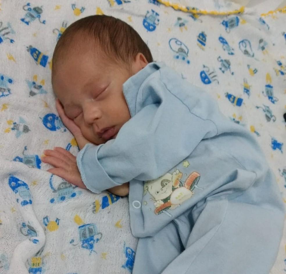 Júlio Coelho Filho nasceu prematuro e precisou ficar internado na UTI Neonatal — Foto: Arquivo Pessoal