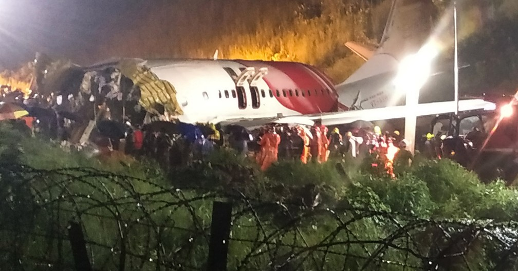 Equipes de resgate procuram sobreviventes depois que um avião da Air India Express com 191 passageiros sofreu um acidente ao pousar no aeroporto de Calicute, no sul da Índia, nesta sexta-feira (7) — Foto: AFP