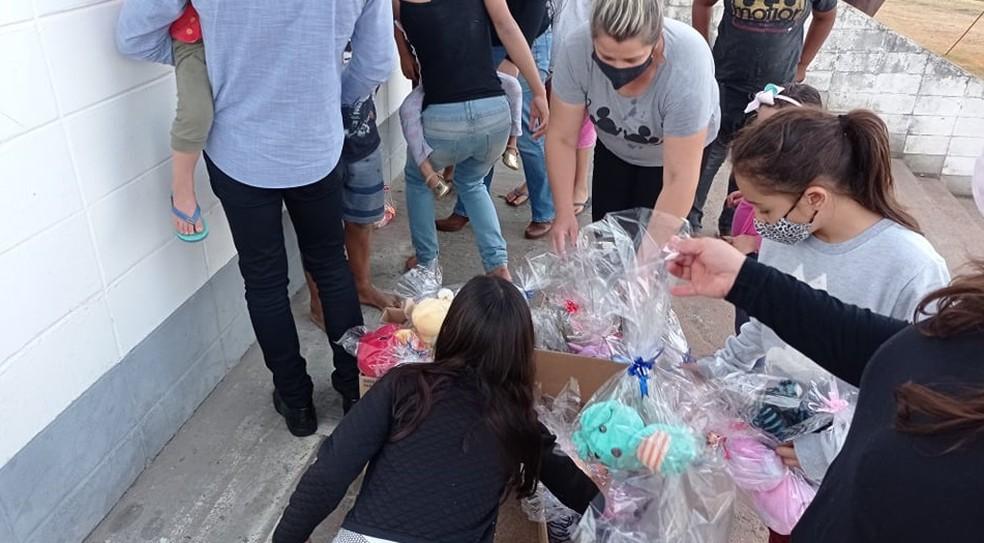 Maria Clara doou 32 ursinhos a uma entidade de Mairinque que cuida de crianças carentes. Ela pretende doar mais. — Foto: Arquivo Pessoal