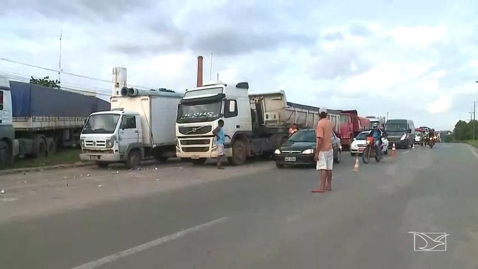 Caminhoneiros bloquearam o Km 5 da BR-135 em São Luís (Foto: Reprodução/TV Mirante)