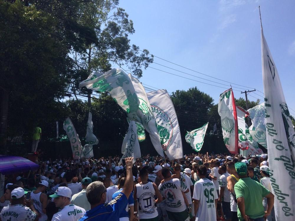 Palmeiras faz treino fechado, e torcida transforma avenida em arquibancada