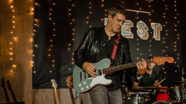 O executivo diz que é o primeiro presidente da Fender a tocar guitarra (Foto: BBC/ELLIE MITCHELL)
