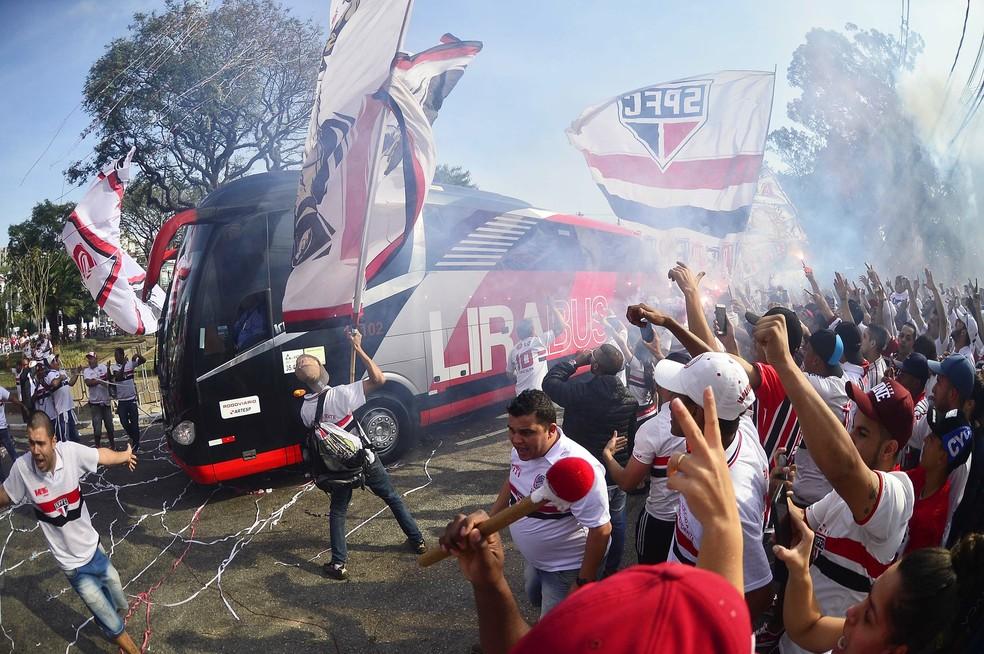 Torcida do São Paulo costuma receber o time com festa no Morumbi — Foto: Marcos Ribolli