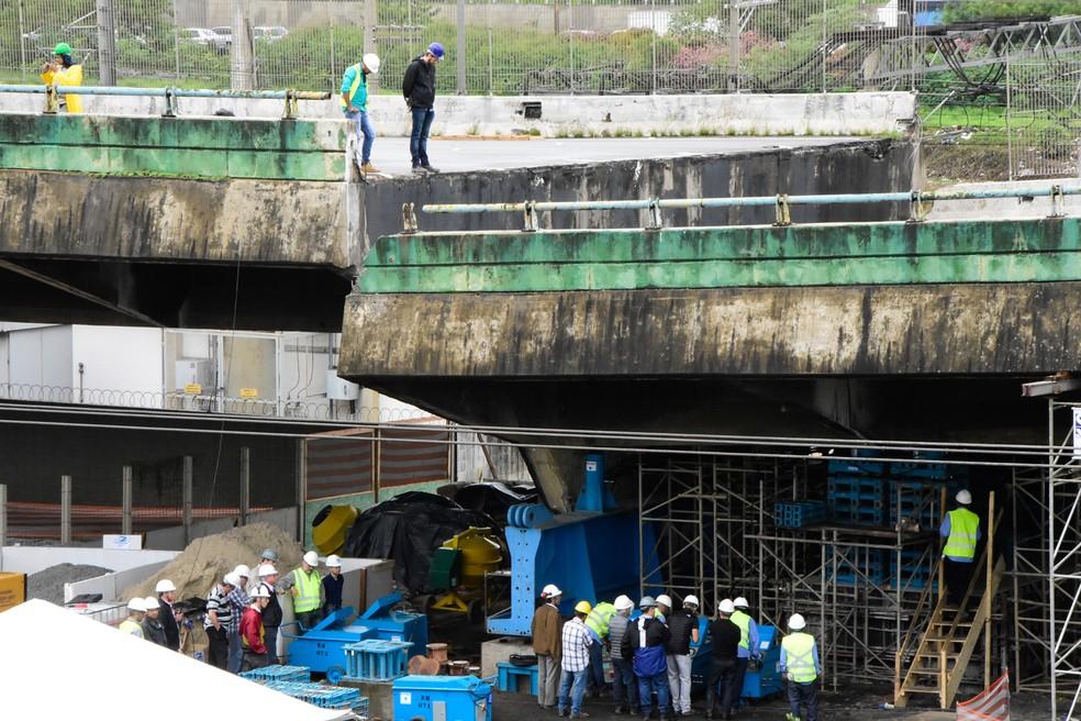 Técnicos trabalham para reerguer o viaduto que cedeu na Marginal Pinheiros, em São Paulo, na manhã de sábado (1º) — Foto: Ronaldo Silva/Futura Press/Estadão Conteúdo