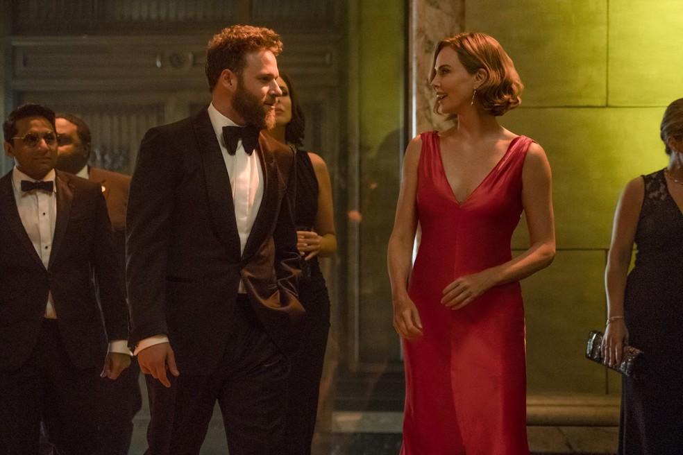 Seth Rogen e Charlize Theron em 'Casal Improvável' — Foto: Reprodução