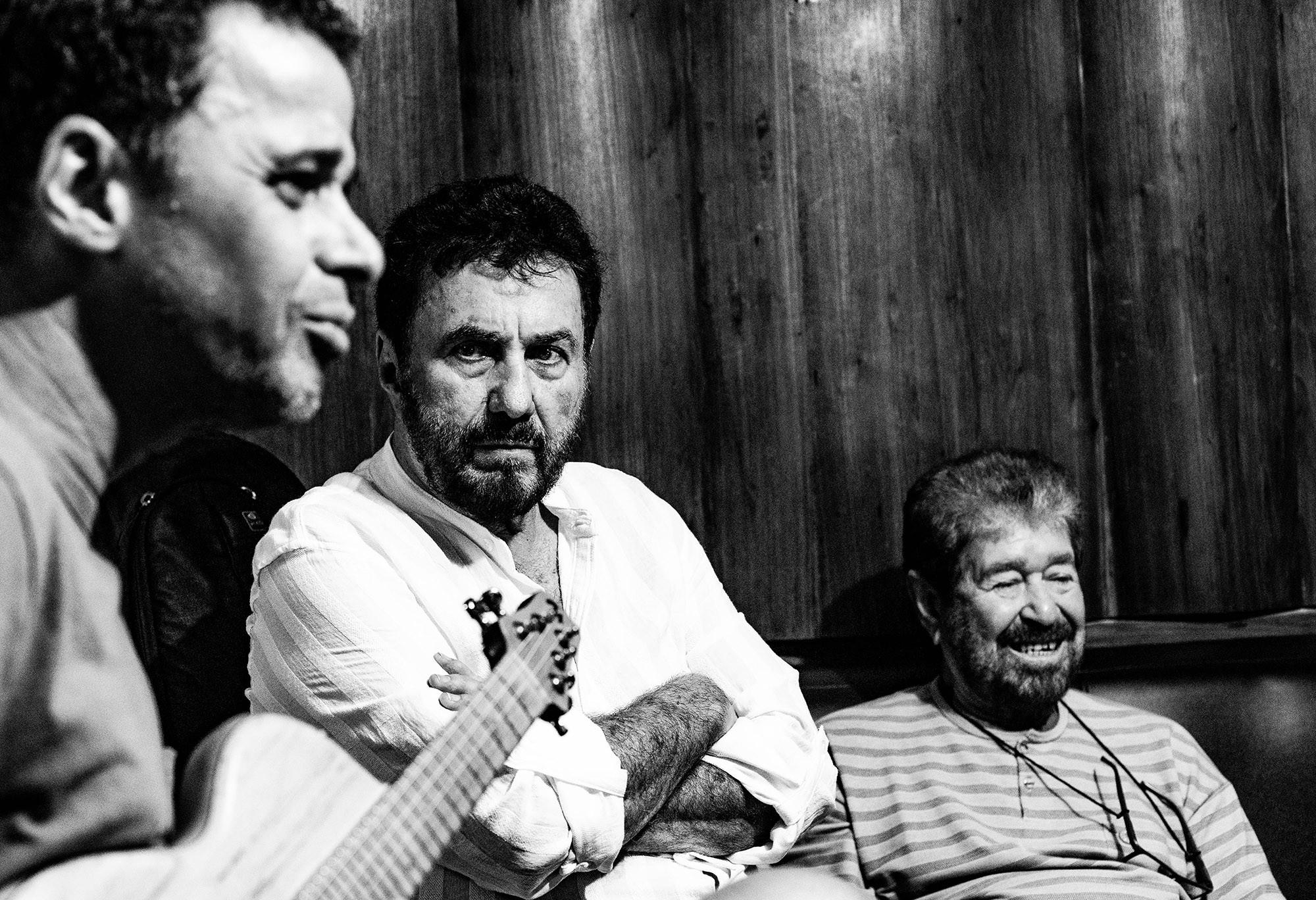 Antonio Carlos & Jocafi emergem renovados das águas da BaianaSystem no single 'Miçanga'