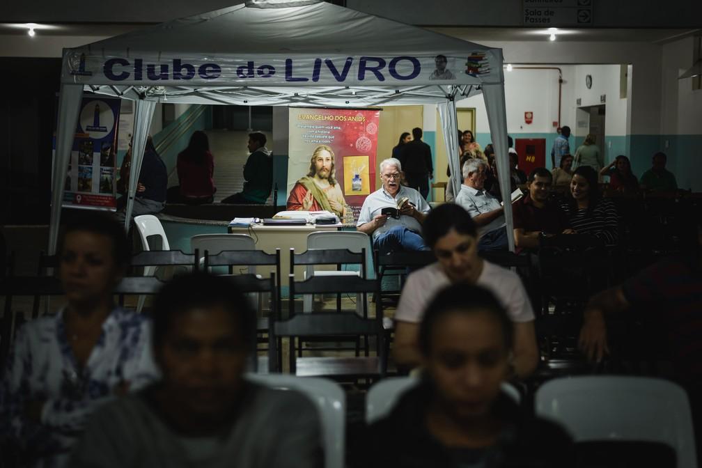 Área de espera do Instituto de Medicina do Além, em Franca (SP) (Foto: Igor do Vale/G1)