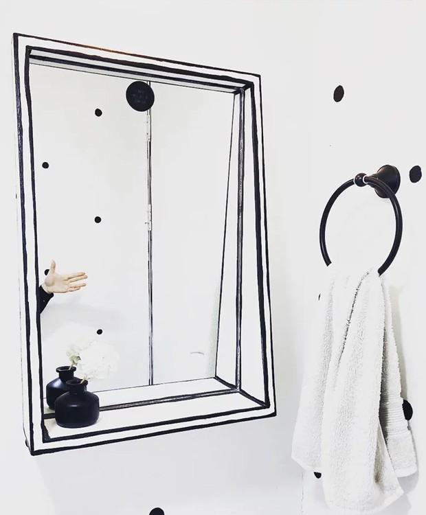 A ausência de cores no banheiro faz com que o espelho se camufle no ambiente (Foto: Instagram/ Reprodução)