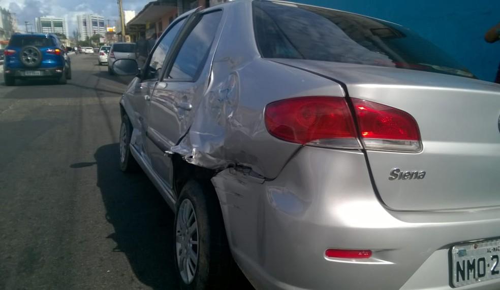 Carro atingido por VLT em cruzamento no Poço ficou bastante danificado (Foto: Matheus Tenório/G1)