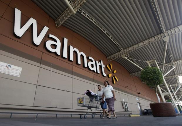 Consumidores empurram carrinho de supermercado em loja da rede Walmart na Cidade do México (Foto: Edgard Garrido/Reuters)