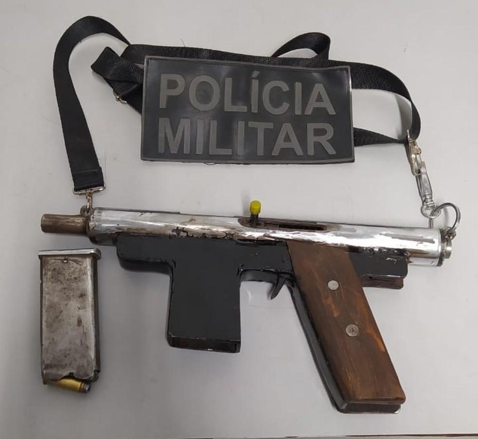 Submetralhadora artesanal apreendida pela Polícia Militar, em Maracanaú — Foto: Divulgação/PMCE