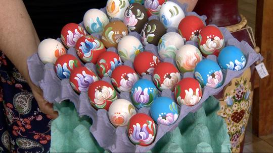 Ovos de galinha ganham cores em tradição da Páscoa