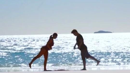 Fábio Assunção e Ju Paes arriscam pose de ioga em gravação de 'Totalmente Demais' na Austrália