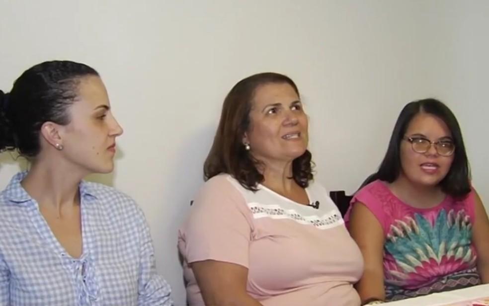 Cirelei e as filhas Taciana (esquerda) e Mariana (direita) (Foto: TV Anhanguera/Reprodução)