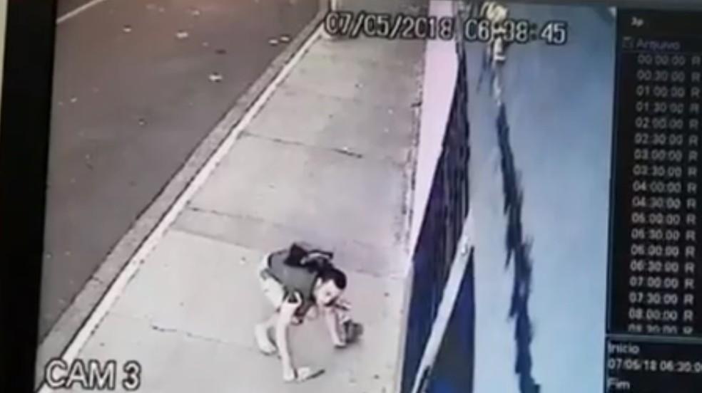 Suspeito do crime no momento da fuga (Foto: TV Morena/Reprodução)