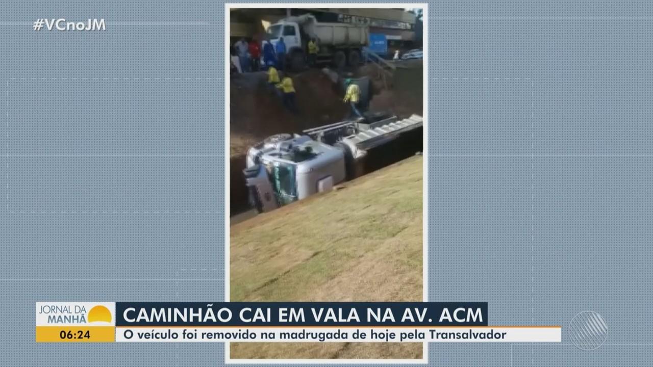 Caminhão basculante cai em vala de obras do BRT e é retirado por guincho